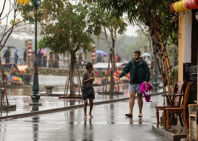 Thấy người đàn ông Việt co ro giữa mưa lạnh, chàng trai ngoại quốc đuổi theo và có hành động nghìn like - Ảnh 2.