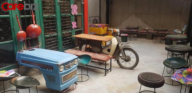 """Quán cà phê tái chế """"độc nhất vô nhị"""" tại Hà Nội: Đồ đạc nhặt nhạnh từ tiệm đồng nát, bãi rác nhưng vẫn được khách Tây vote 5 sao trên TripAdvisor - Ảnh 1."""