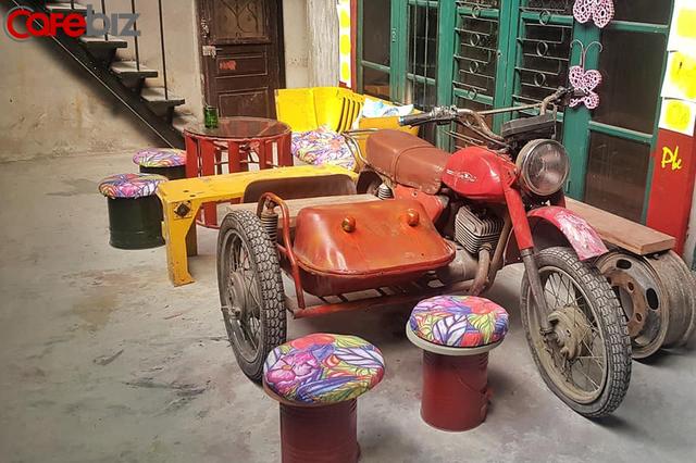 """Quán cà phê tái chế """"độc nhất vô nhị"""" tại Hà Nội: Đồ đạc nhặt nhạnh từ tiệm đồng nát, bãi rác nhưng vẫn được khách Tây vote 5 sao trên TripAdvisor - Ảnh 2."""
