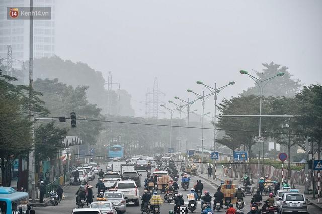 Chùm ảnh: Sáng cuối tuần, sương mù dày đặc phủ kín Hà Nội khiến người dân ngỡ như đang ở Sapa - Ảnh 2.