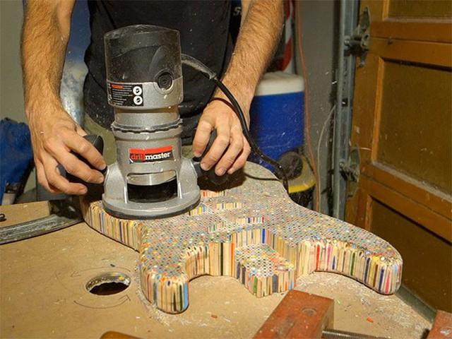 Cùng xem anh chàng khéo tay chế tác chiếc guitar điện đẹp kiệt xuất từ 1200 cái bút chì - Ảnh 11.