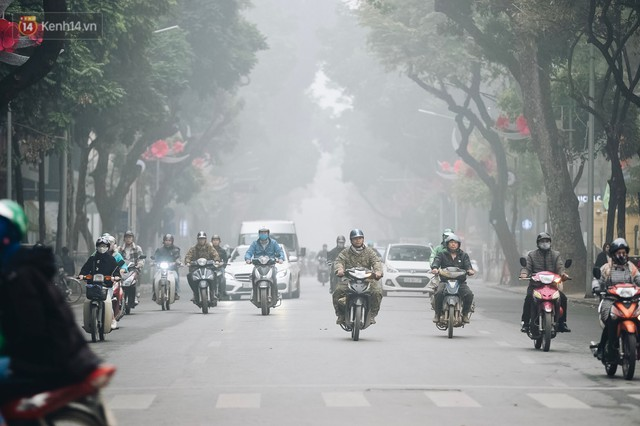 Chùm ảnh: Sáng cuối tuần, sương mù dày đặc phủ kín Hà Nội khiến người dân ngỡ như đang ở Sapa - Ảnh 13.