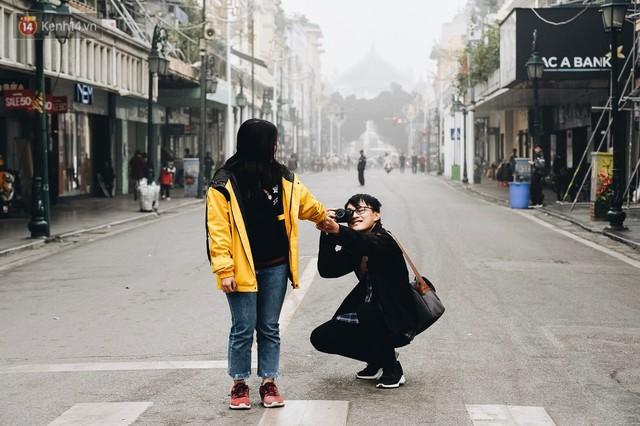 Chùm ảnh: Sáng cuối tuần, sương mù dày đặc phủ kín Hà Nội khiến người dân ngỡ như đang ở Sapa - Ảnh 14.