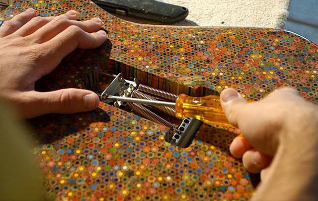 Cùng xem anh chàng khéo tay chế tác chiếc guitar điện đẹp kiệt xuất từ 1200 cái bút chì - Ảnh 17.