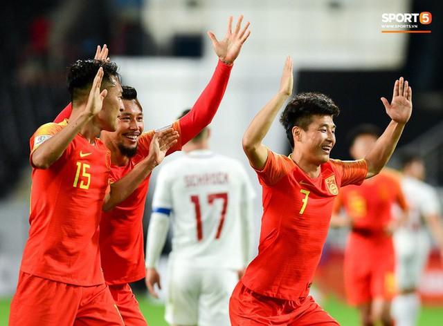 Hình ảnh không đẹp: Tuyển thủ Trung Quốc ăn mừng khiêu khích CĐV Philippines - Ảnh 3.