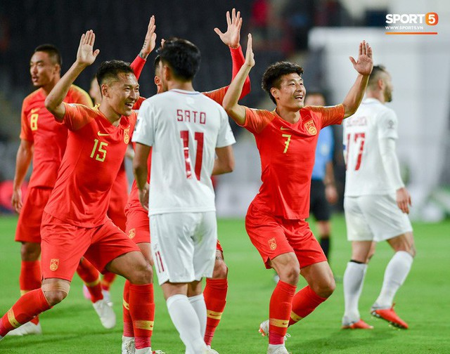 Hình ảnh không đẹp: Tuyển thủ Trung Quốc ăn mừng khiêu khích CĐV Philippines - Ảnh 4.