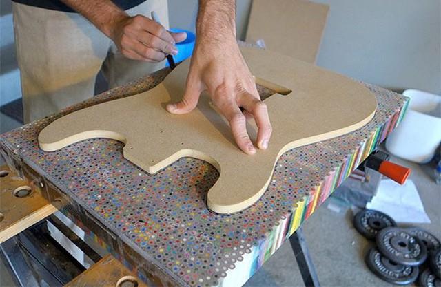 Cùng xem anh chàng khéo tay chế tác chiếc guitar điện đẹp kiệt xuất từ 1200 cái bút chì - Ảnh 7.