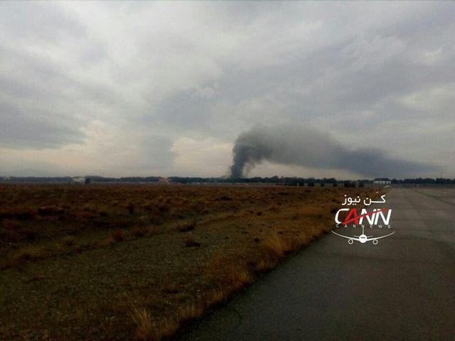 [NÓNG] Iran: Máy bay chở khách Boeing-707 bốc cháy sau khi rơi gần thủ đô Tehran - Ảnh 1.
