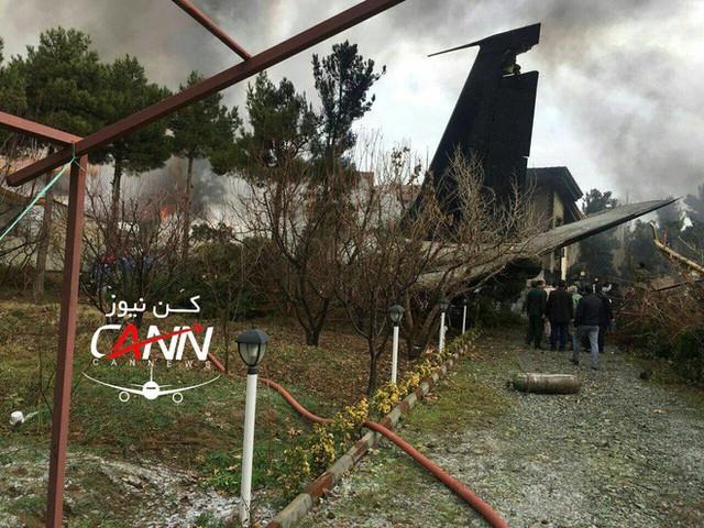 [NÓNG] Iran: Máy bay chở khách Boeing-707 bốc cháy sau khi rơi gần thủ đô Tehran - Ảnh 2.