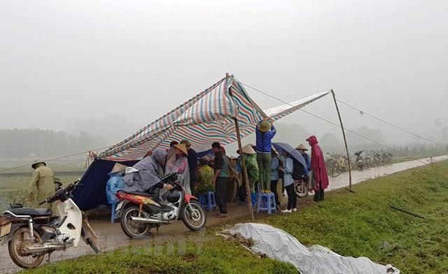 Người dân Nam Sơn vẫn đang căng lều bạt ngăn chặn xe vào bãi rác - Ảnh 1.