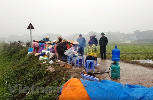 Người dân Nam Sơn vẫn đang căng lều bạt ngăn chặn xe vào bãi rác - Ảnh 2.