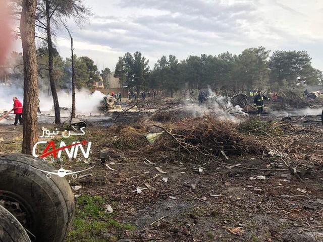 [NÓNG] Iran: Máy bay chở khách Boeing-707 bốc cháy sau khi rơi gần thủ đô Tehran - Ảnh 3.