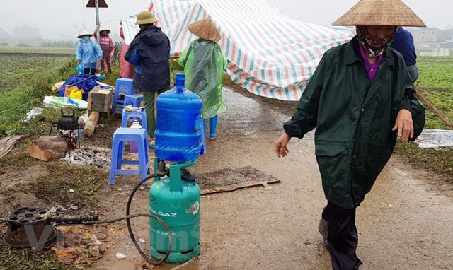 Người dân Nam Sơn vẫn đang căng lều bạt ngăn chặn xe vào bãi rác - Ảnh 3.