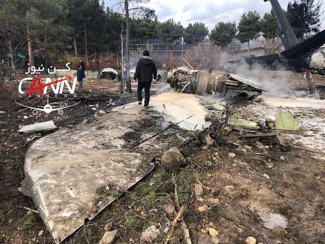 [NÓNG] Iran: Máy bay chở khách Boeing-707 bốc cháy sau khi rơi gần thủ đô Tehran - Ảnh 4.