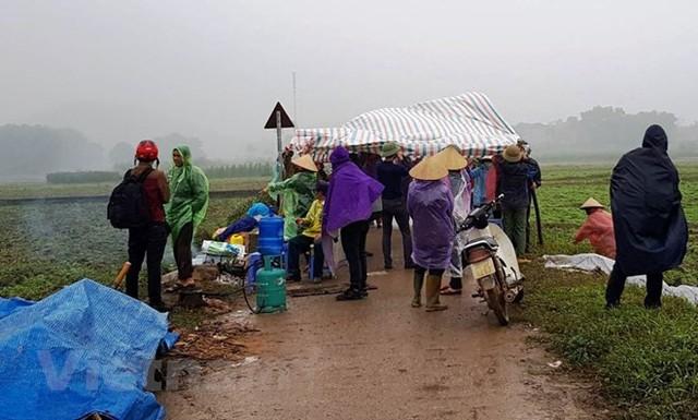 Người dân Nam Sơn vẫn đang căng lều bạt ngăn chặn xe vào bãi rác - Ảnh 4.