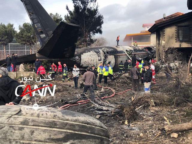 [NÓNG] Iran: Máy bay chở khách Boeing-707 bốc cháy sau khi rơi gần thủ đô Tehran - Ảnh 5.
