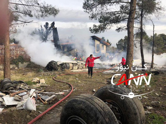 [NÓNG] Iran: Máy bay chở khách Boeing-707 bốc cháy sau khi rơi gần thủ đô Tehran - Ảnh 6.