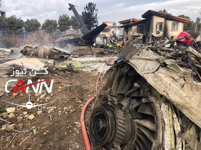 [NÓNG] Iran: Máy bay chở khách Boeing-707 bốc cháy sau khi rơi gần thủ đô Tehran - Ảnh 8.