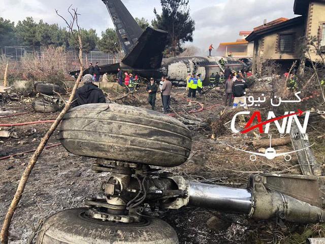 [NÓNG] Iran: Máy bay chở khách Boeing-707 bốc cháy sau khi rơi gần thủ đô Tehran - Ảnh 10.