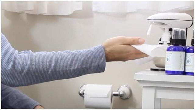Startup bán nước xịt giấy vệ sinh được 'cá mập' đầu tư 50.000 USD nhờ một lần 'nổ' bồn cầu - Ảnh 2.