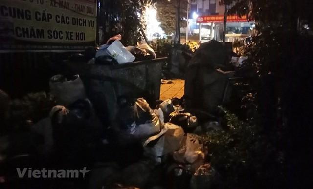 Rác nội thành Hà Nội được 'giải cứu' khi người dân dỡ lán, bỏ chặn xe - Ảnh 1.