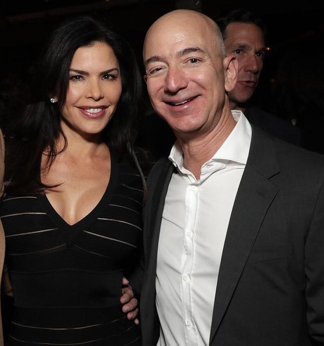 Lần đầu hé lộ bức ảnh hẹn hò bí mật của tỷ phú giàu nhất thế giới với người tình nóng bỏng từ năm ngoái - Ảnh 2.