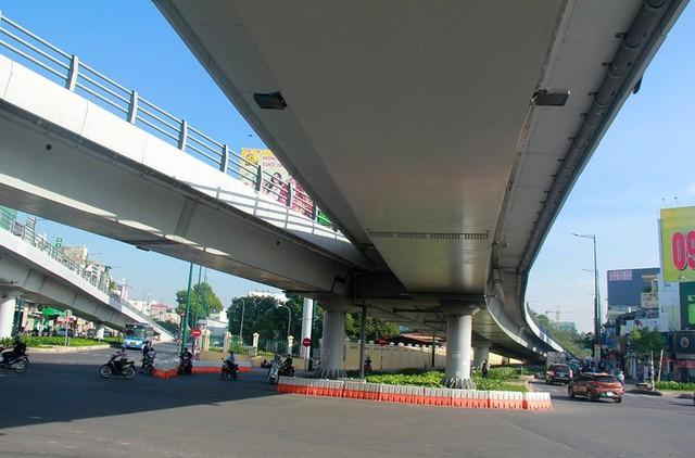 Ngày đầu thông xe cầu vượt ngã 7 gần sân bay Tân Sân Nhất - Ảnh 1.