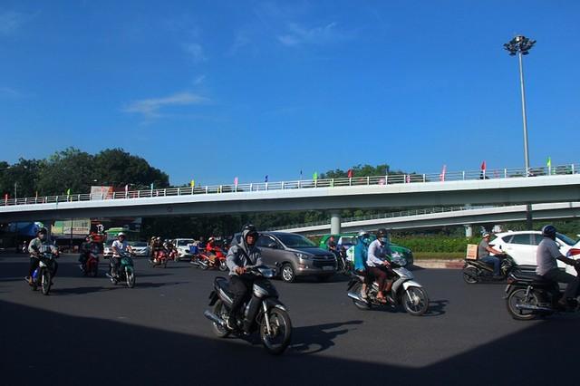 Ngày đầu thông xe cầu vượt ngã 7 gần sân bay Tân Sân Nhất - Ảnh 2.