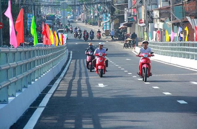 Ngày đầu thông xe cầu vượt ngã 7 gần sân bay Tân Sân Nhất - Ảnh 12.