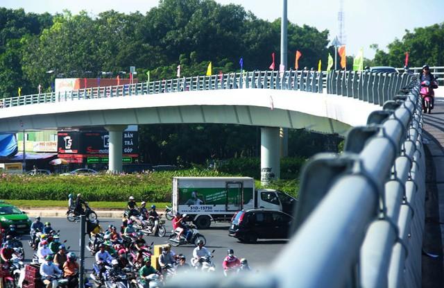 Ngày đầu thông xe cầu vượt ngã 7 gần sân bay Tân Sân Nhất - Ảnh 13.