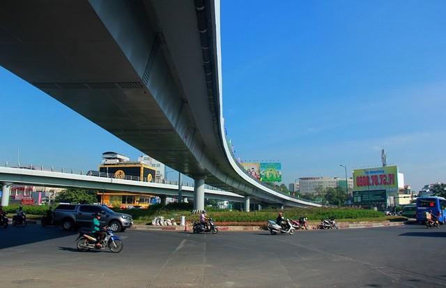 Ngày đầu thông xe cầu vượt ngã 7 gần sân bay Tân Sân Nhất - Ảnh 15.