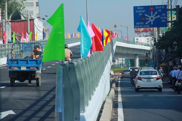 Ngày đầu thông xe cầu vượt ngã 7 gần sân bay Tân Sân Nhất - Ảnh 3.