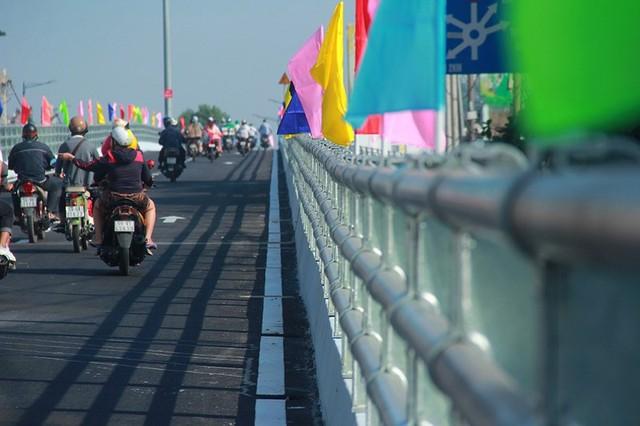 Ngày đầu thông xe cầu vượt ngã 7 gần sân bay Tân Sân Nhất - Ảnh 5.