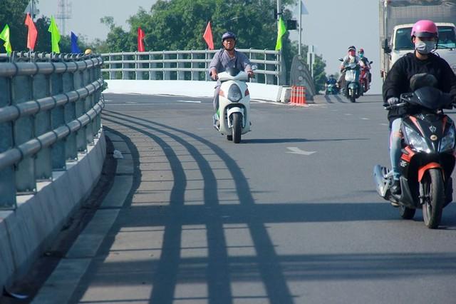 Ngày đầu thông xe cầu vượt ngã 7 gần sân bay Tân Sân Nhất - Ảnh 6.