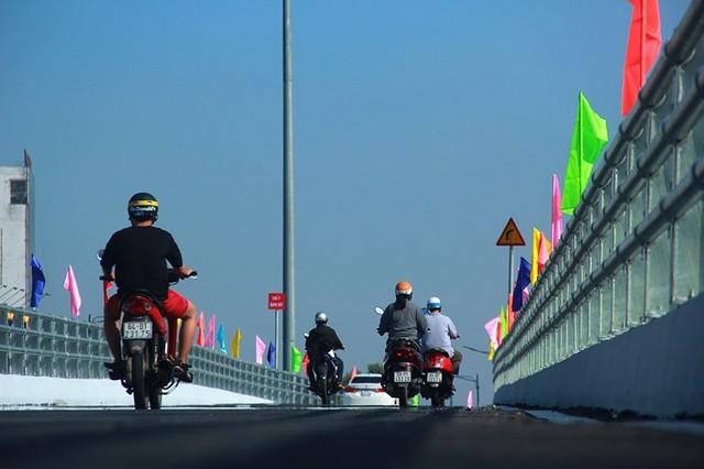 Ngày đầu thông xe cầu vượt ngã 7 gần sân bay Tân Sân Nhất - Ảnh 7.