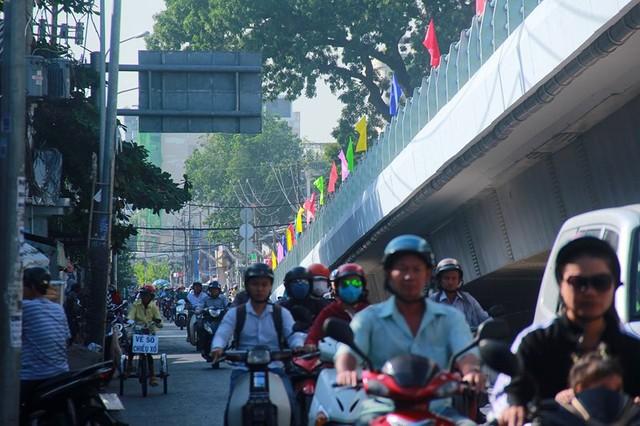 Ngày đầu thông xe cầu vượt ngã 7 gần sân bay Tân Sân Nhất - Ảnh 9.
