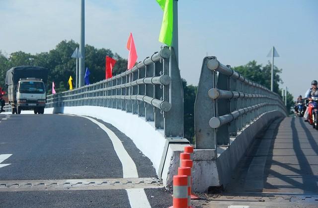 Ngày đầu thông xe cầu vượt ngã 7 gần sân bay Tân Sân Nhất - Ảnh 10.