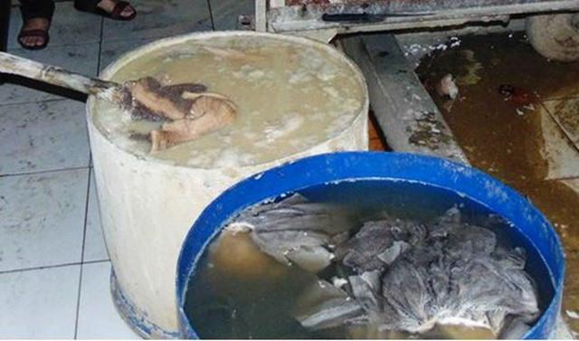 Kinh hãi nội tạng bò bốc mùi được ngâm trong nước vôi bột làm trắng để bán phá lấu, lẩu bò ở Sài Gòn - Ảnh 2.