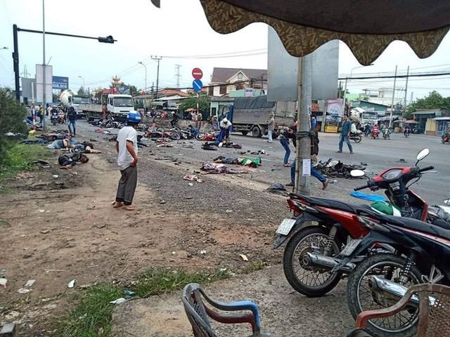 Xe container lao vào đoàn người dừng đèn đỏ, nạn nhân nằm la liệt, ít nhất 3 người chết - Ảnh 2.