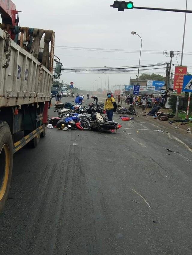 Xe container lao vào đoàn người dừng đèn đỏ, nạn nhân nằm la liệt, ít nhất 3 người chết - Ảnh 3.
