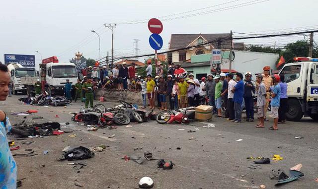Vụ tai nạn kinh hoàng ở Long An: Chiếc xe container tông thẳng vào, không ai kịp trở tay - Ảnh 3.
