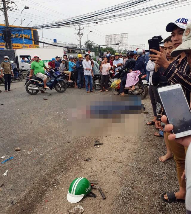 Vụ tai nạn kinh hoàng ở Long An: Chiếc xe container tông thẳng vào, không ai kịp trở tay - Ảnh 4.