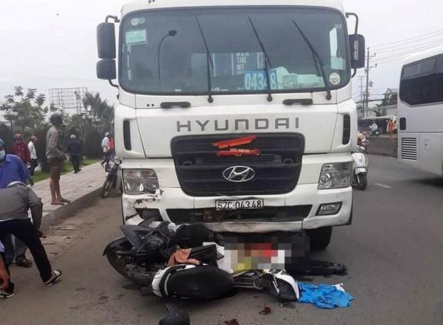 Vụ tai nạn kinh hoàng ở Long An: Chiếc xe container tông thẳng vào, không ai kịp trở tay - Ảnh 6.
