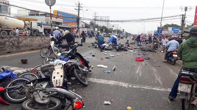 Vụ tai nạn kinh hoàng ở Long An: Chiếc xe container tông thẳng vào, không ai kịp trở tay - Ảnh 8.