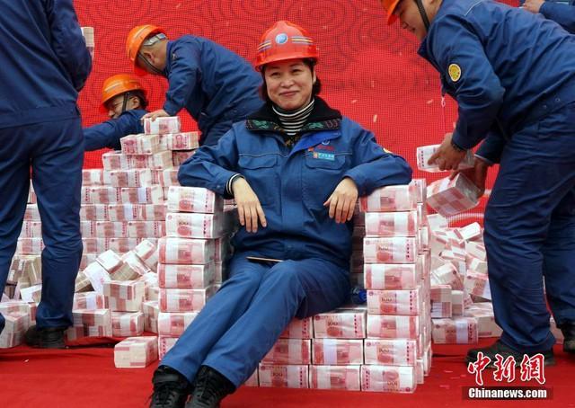 Công ty thép thưởng Tết nhân viên 200 triệu đồng/người, tiền chất thành núi - Ảnh 2.