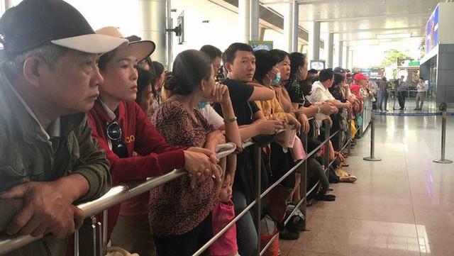Biển người đón Việt kiều về quê ăn Tết ở sân bay Tân Sơn Nhất - Ảnh 2.
