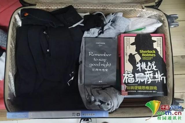 Chết cười với vali về quê của sinh viên: Mang một đống sách vở về học vì ngại đi chơi - Ảnh 1.