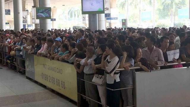 Biển người đón Việt kiều về quê ăn Tết ở sân bay Tân Sơn Nhất - Ảnh 11.