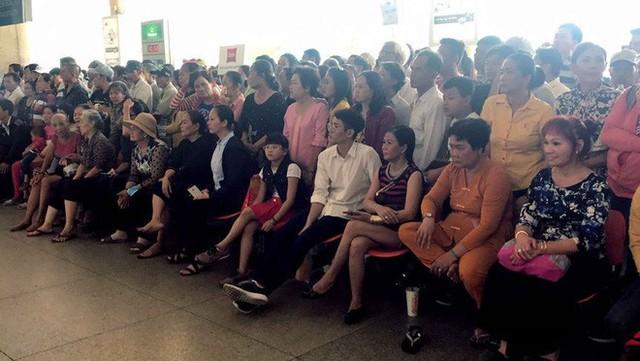 Biển người đón Việt kiều về quê ăn Tết ở sân bay Tân Sơn Nhất - Ảnh 12.