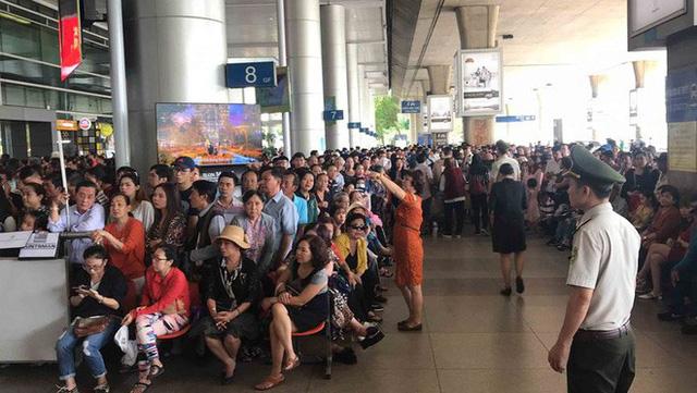 Biển người đón Việt kiều về quê ăn Tết ở sân bay Tân Sơn Nhất - Ảnh 13.